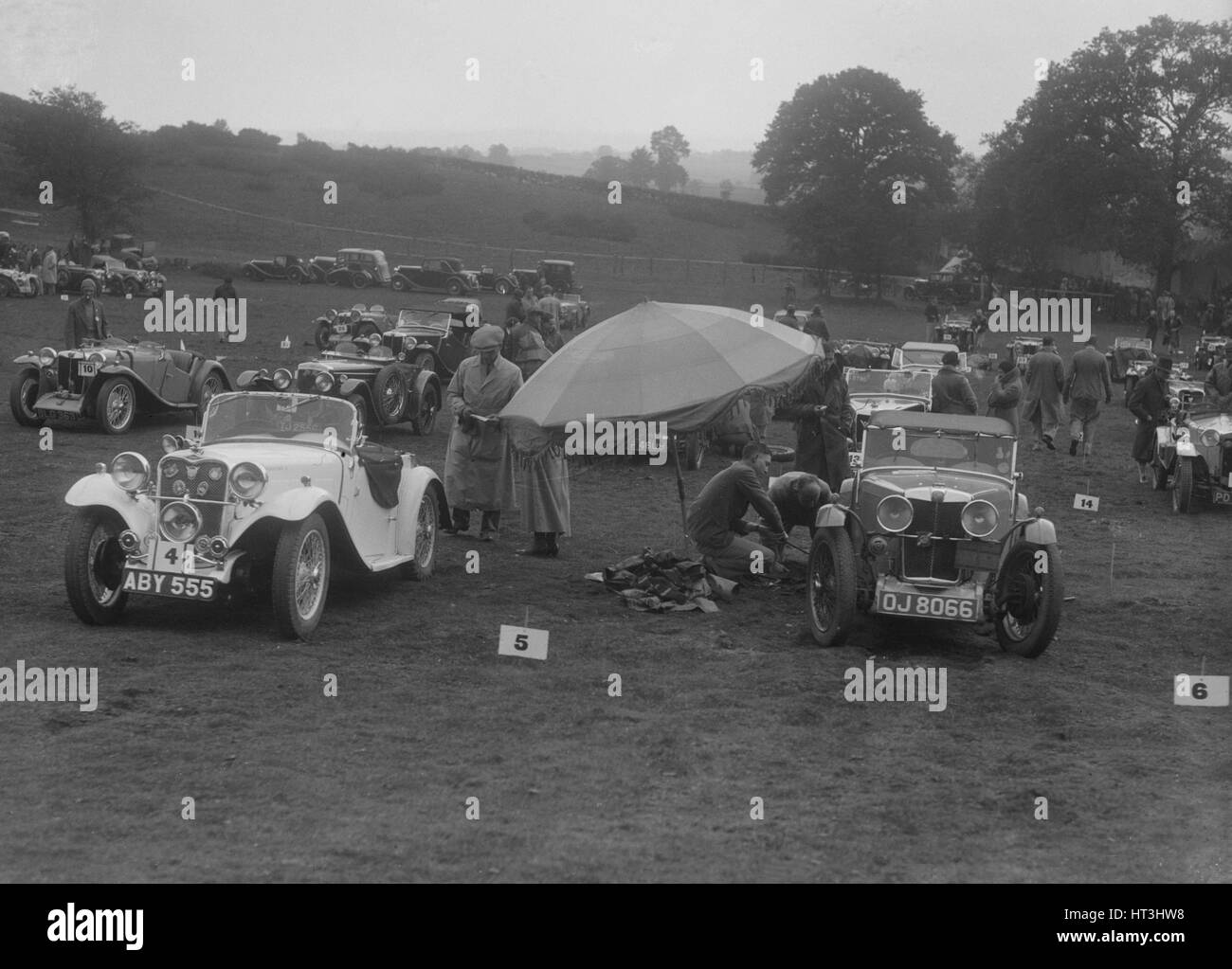 Singer Le Mans and MG J2 at the MG Car Club Rushmere Hillclimb, Shropshire, 1935. Artist: Bill Brunell. - Stock Image