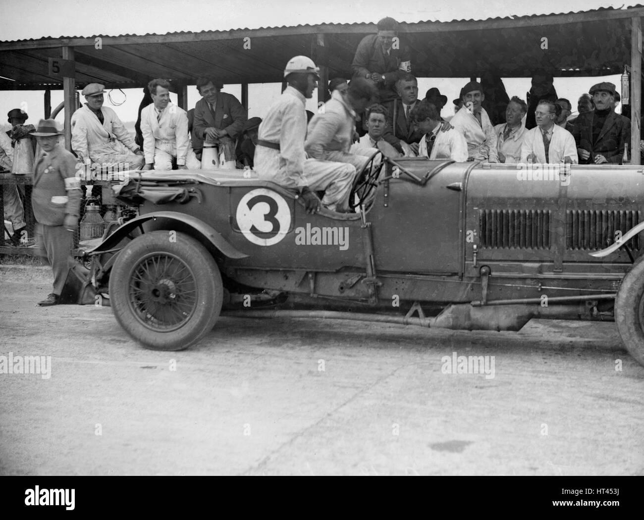 Winning Bentley of Jack Dunfee and Woolf Barnato, BARC 6-Hour Race, Brooklands, Surrey, 1929, Artist: Bill Brunell. - Stock Image