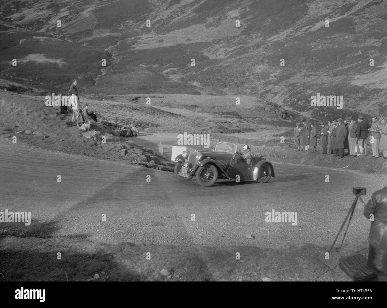 Singer Le Mans 2-seater competing in the RSAC Scottish Rally, Devil's Elbow, Glenshee, 1934. Artist: Bill Brunell. - Stock Image