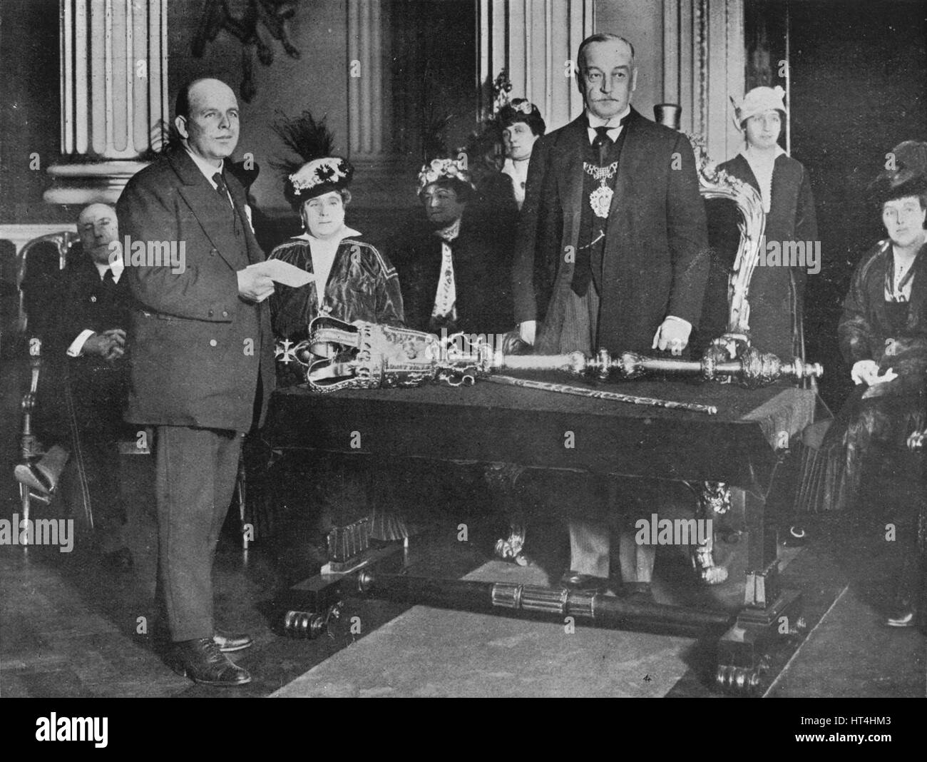 'Lieut. Bell, R.N.R., captain of the Thordis, being presented by the Lord Mayor of London with the r Artist: - Stock Image