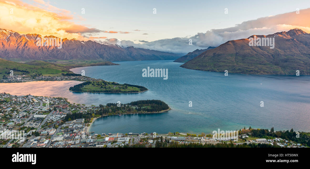 View of Lake Wakatipu and Queenstown at sunset, Ben Lomond Scenic Reserve, Berkgette The Remarkables, Otago, Southland - Stock Image