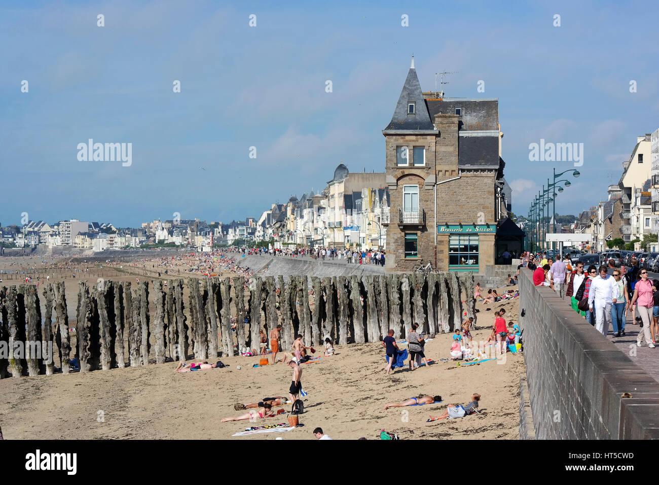 Saint Malo beach and Boulevard, Ille et Vilaine, France - Stock Image