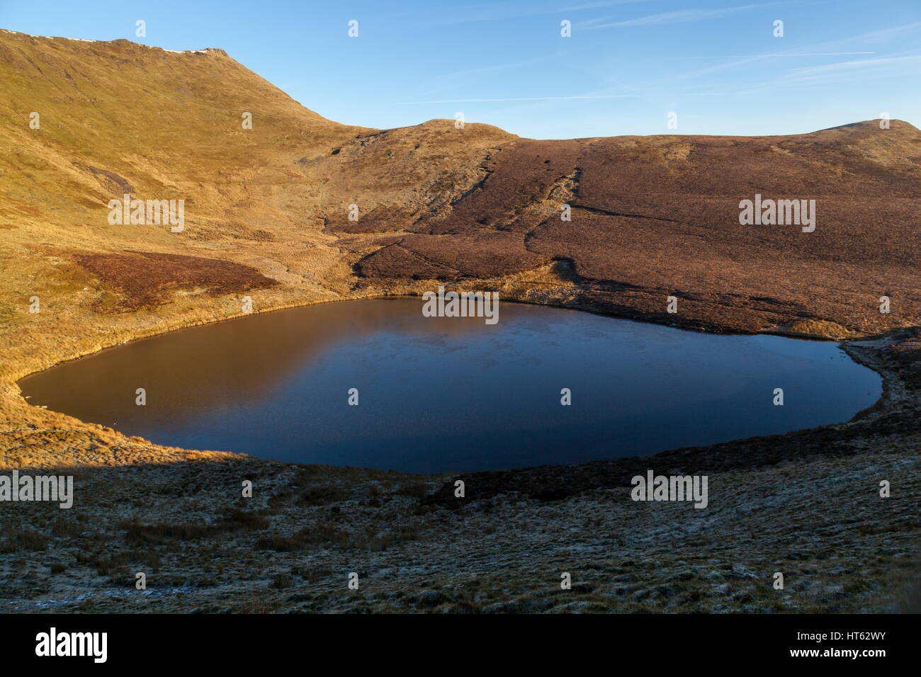 Early morning light reflects off Llyn Lluncaws near Pistyll Rhaeadr Stock Photo