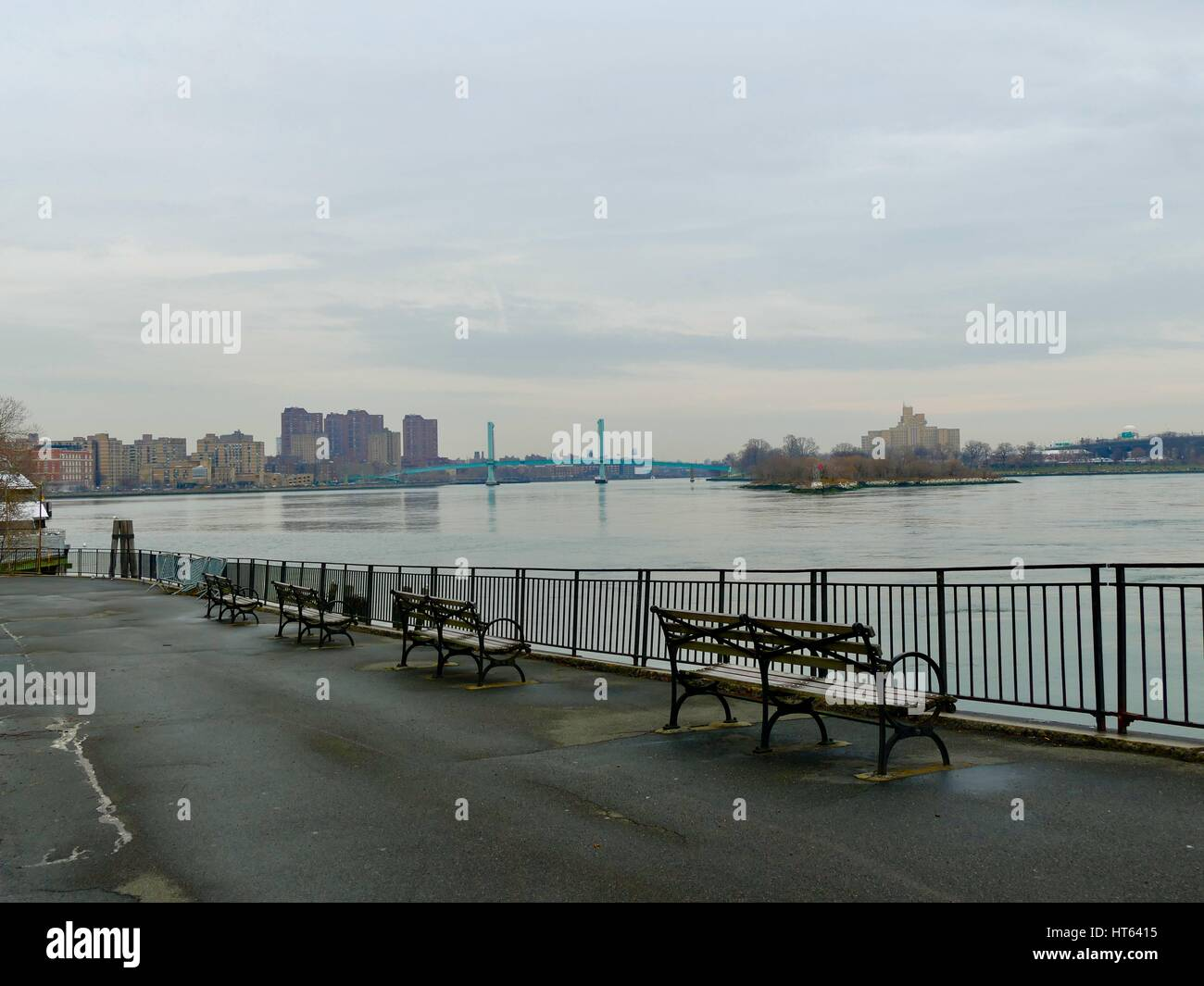 Looking up the East River towards the Ward's Island bridge on a rainy day in late winter. New York, New York, USA. Stock Photo