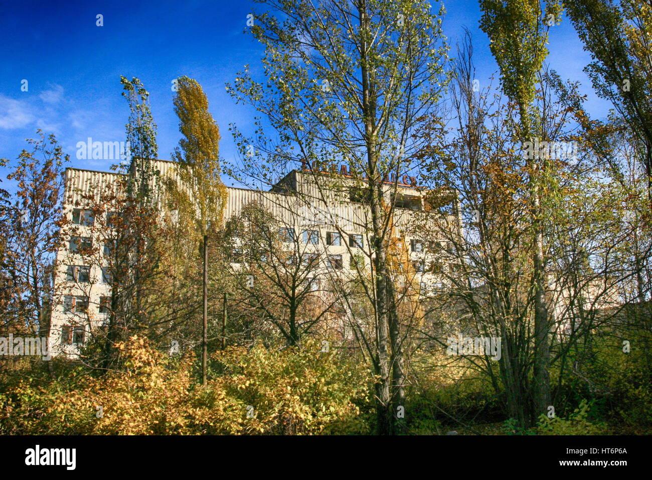 Chernobyl: Pripyat – abandoned building taken over by vegetation after disaster - Stock Image
