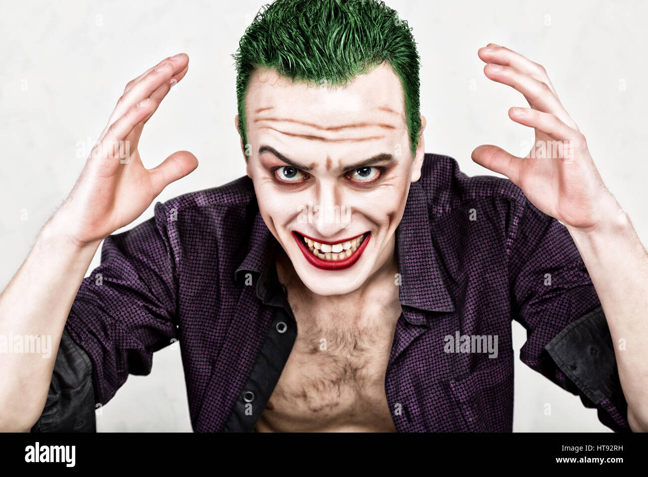 Verwonderend guy with crazy joker face, green hair and idiotic smike. carnaval UD-43