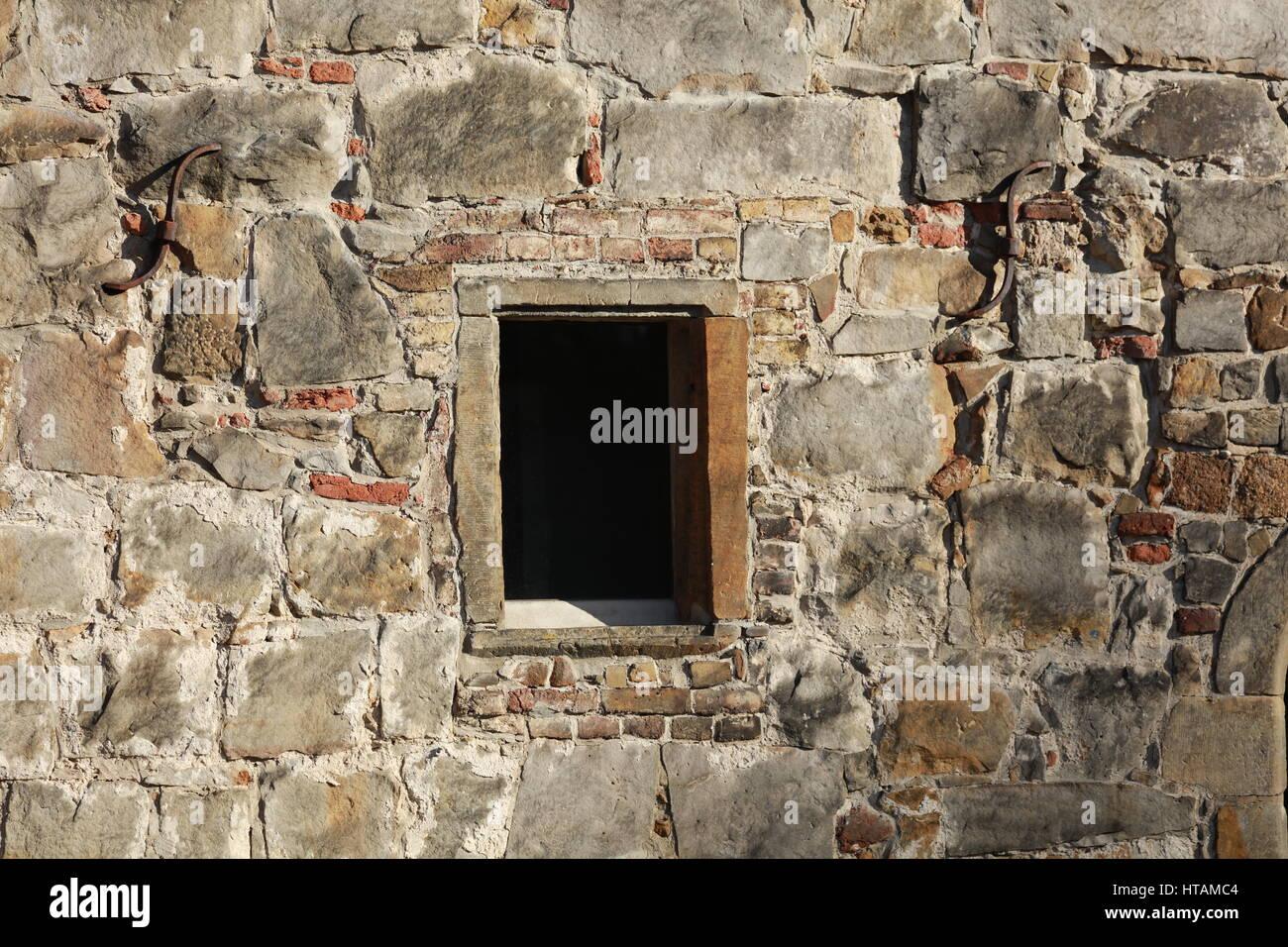 Natursteinmauer mit Fenster - Stock Image