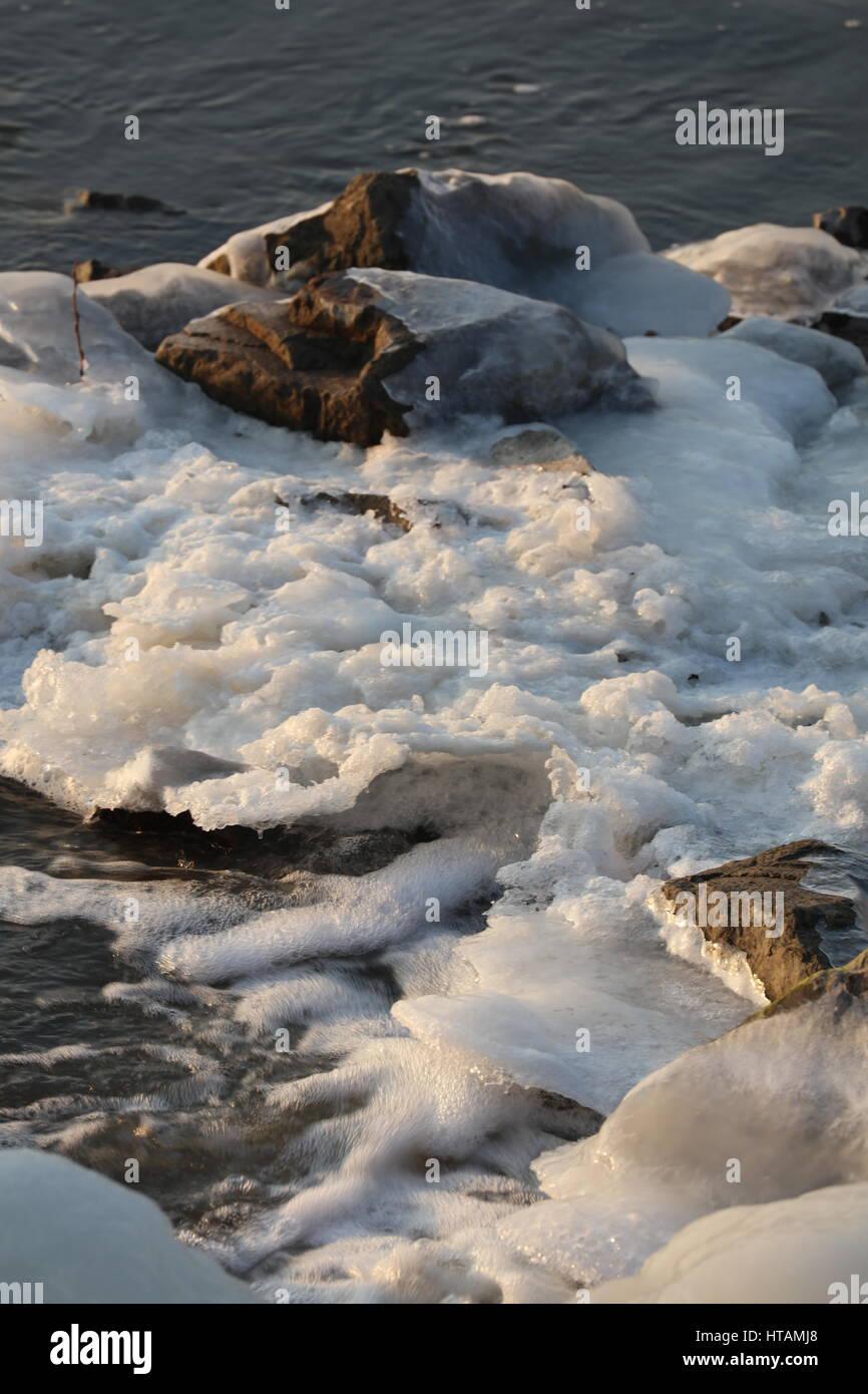 Vereister Fluß im Winter - Stock Image
