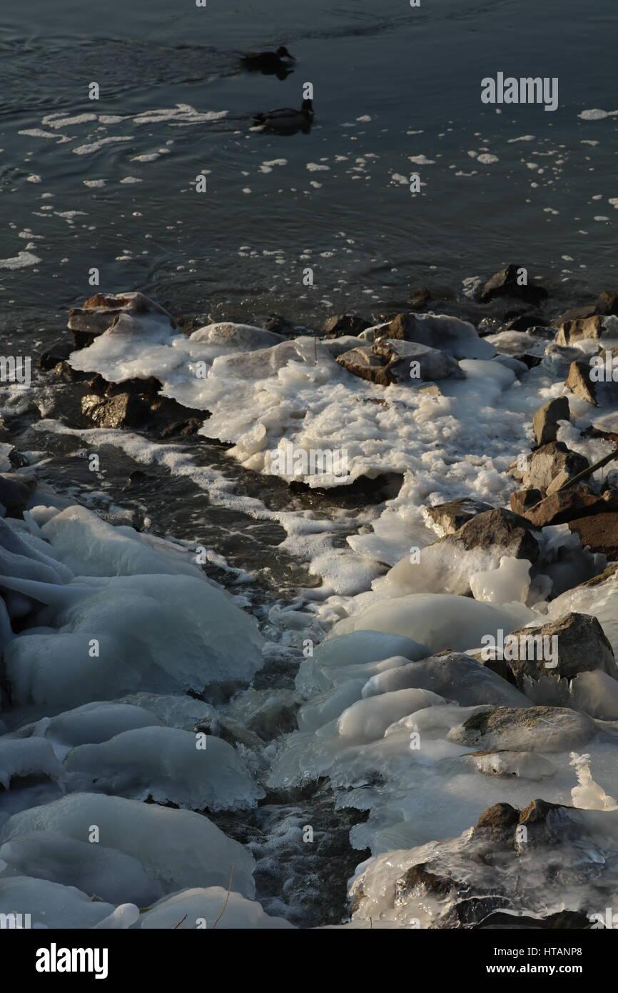 Gefrorener Fluß im Winter - Stock Image