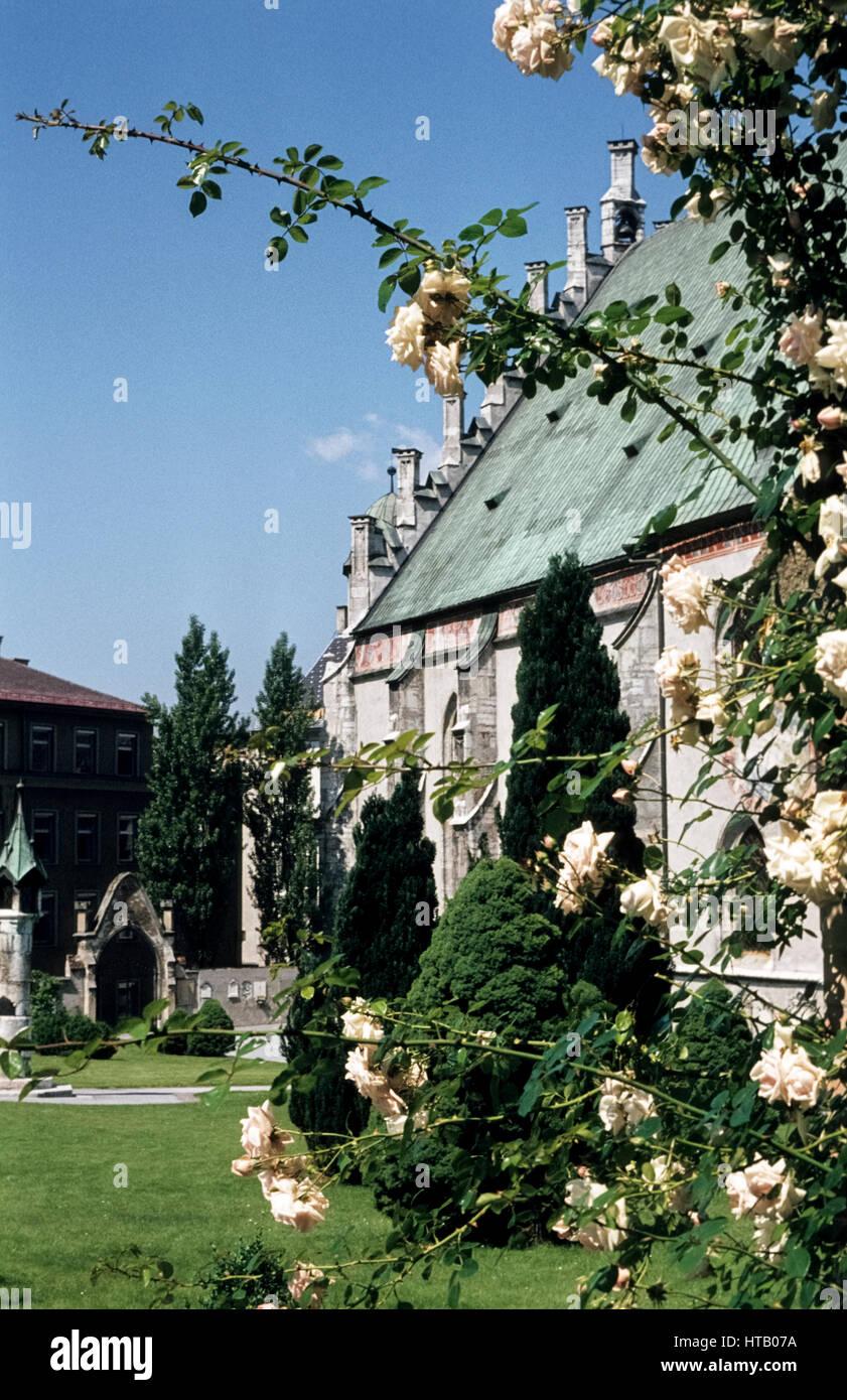Parish Church of Schwaz in Tyrol in 1977. Die Pfarrkirche von Schwaz von außen - Stock Image
