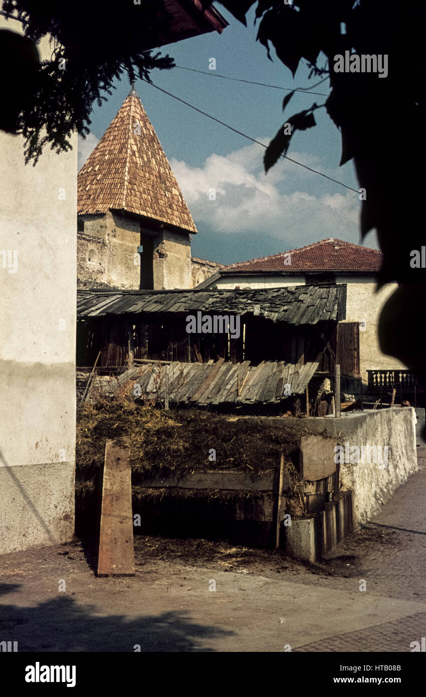 Part of the city wall of Glurns in South Tyrol in 1974. Teil der Glurnser Stadtmauer. Im Vordergrund ein Misthaufen. Stock Photo