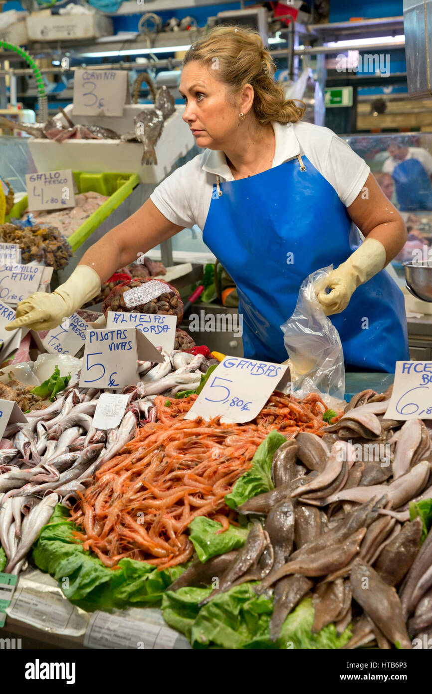 Fresh fish stall in the Mercado Central de Abastos food market, Calle Dona Blanca, Jerez de la Frontera, Cadiz province, - Stock Image