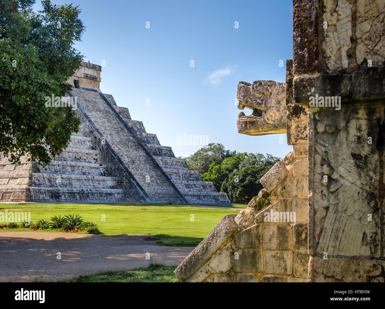 Jaguar head and Mayan Temple pyramid  of Kukulkan - Chichen Itza, Yucatan, Mexico - Stock Image