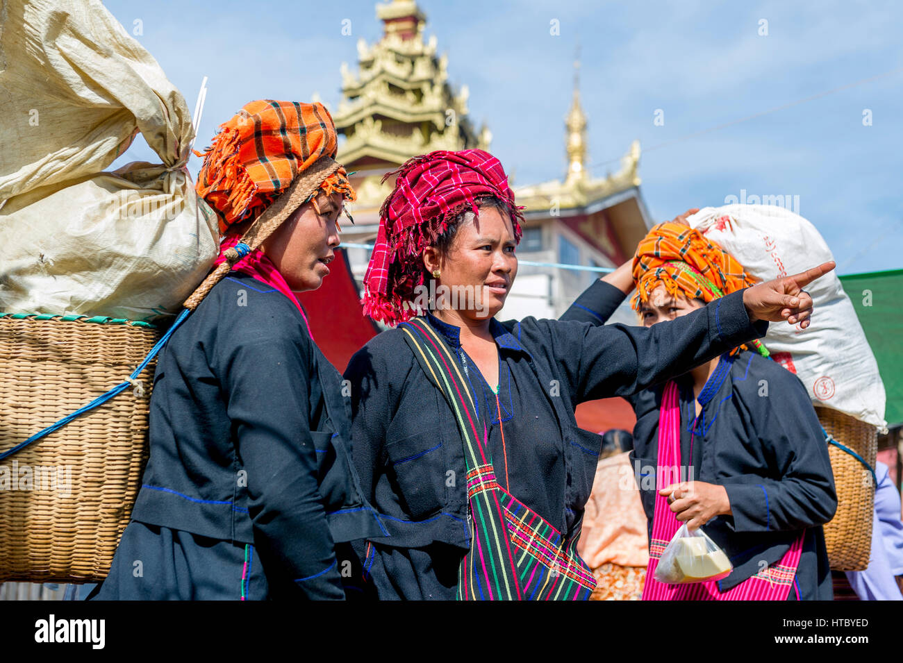 Myanmar (ex Birmanie). Inle lake. Shan state. Market day in the village. Women of the PA-O ethnicity - Stock Image