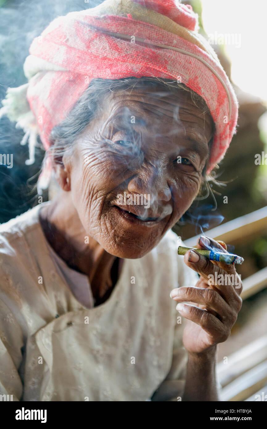 Myanmar (ex Birmanie). Inle lake. Woman smoking the cheroot the Burmese cigar - Stock Image