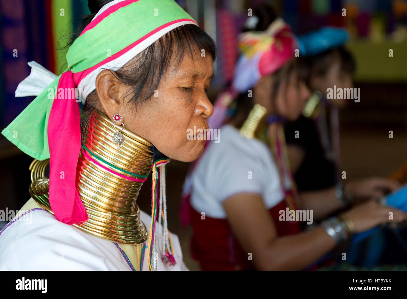Myanmar (ex Birmanie). Inle lake. Women long neck of the Karen ethnic group working in weaving - Stock Image