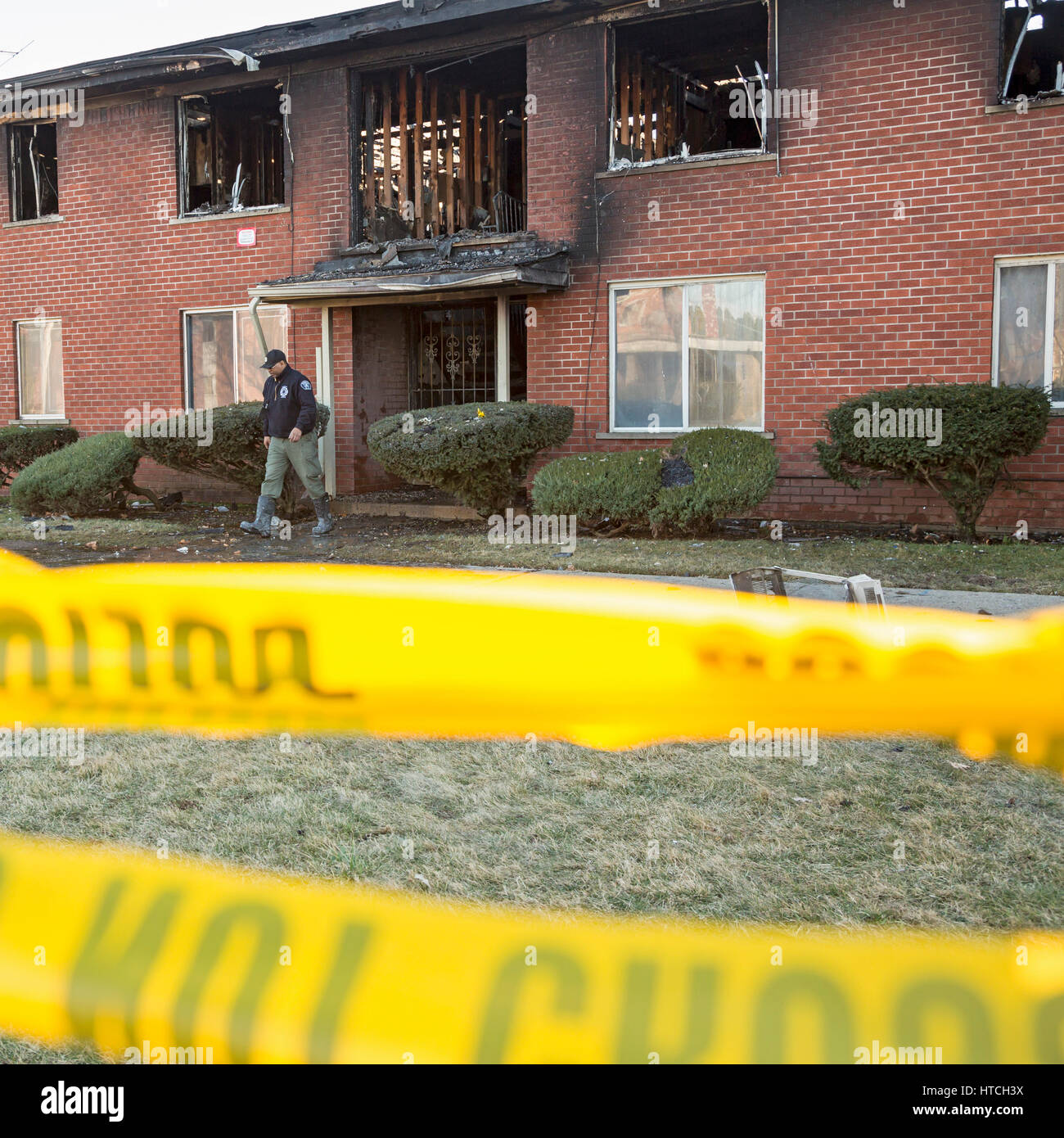 Detroit, Michigan - Police and fire department arson investigators at the scene of an apartment fire that killed - Stock Image