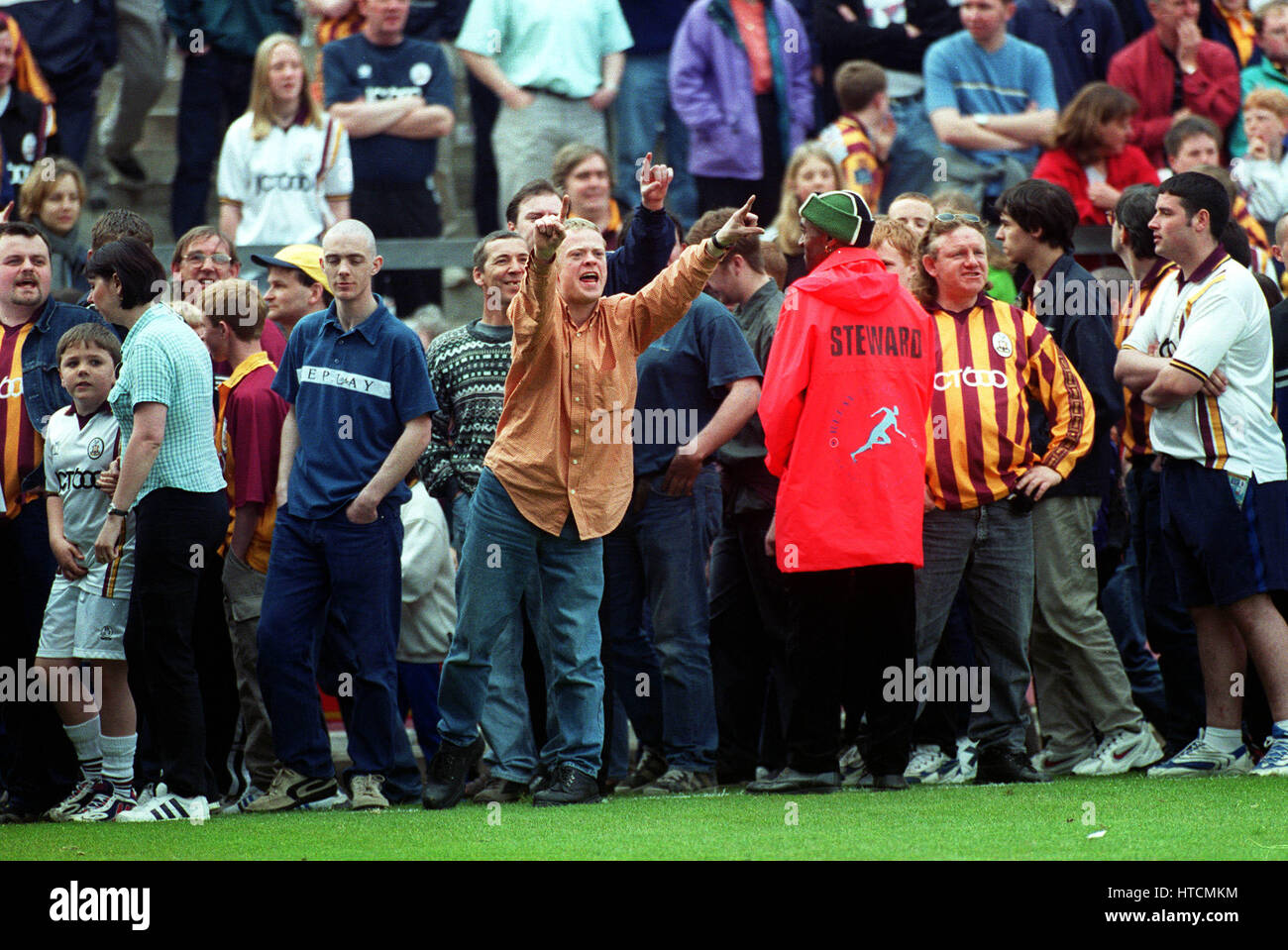 BRADFORD FAN AIRS HIS VIEWS BRADFORD CITY FC 09 December 1999 - Stock Image