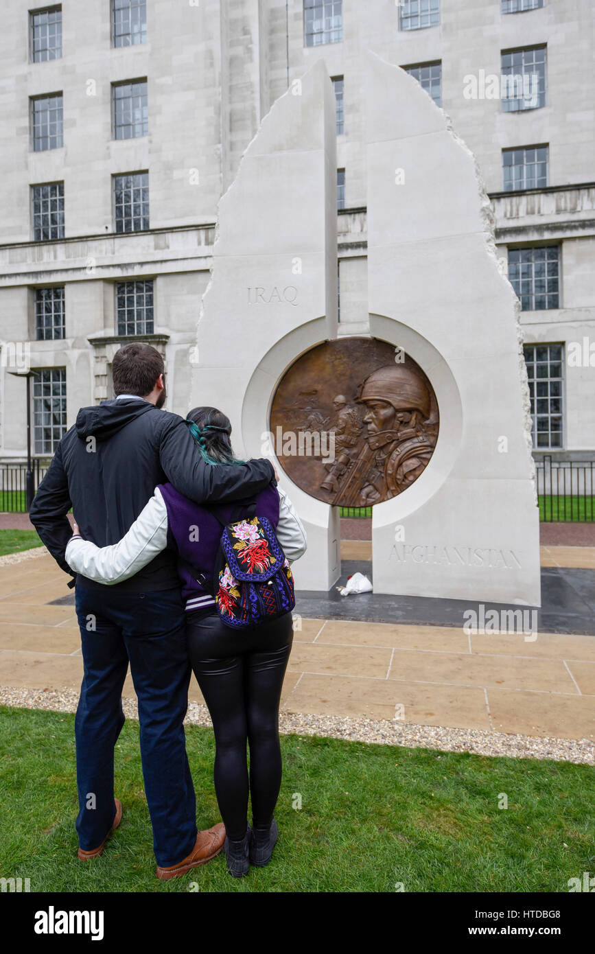 London, UK. 10th Mar, 2017. Members of the public gather to view the memorial, created by Paul Day, dedicated to - Stock Image