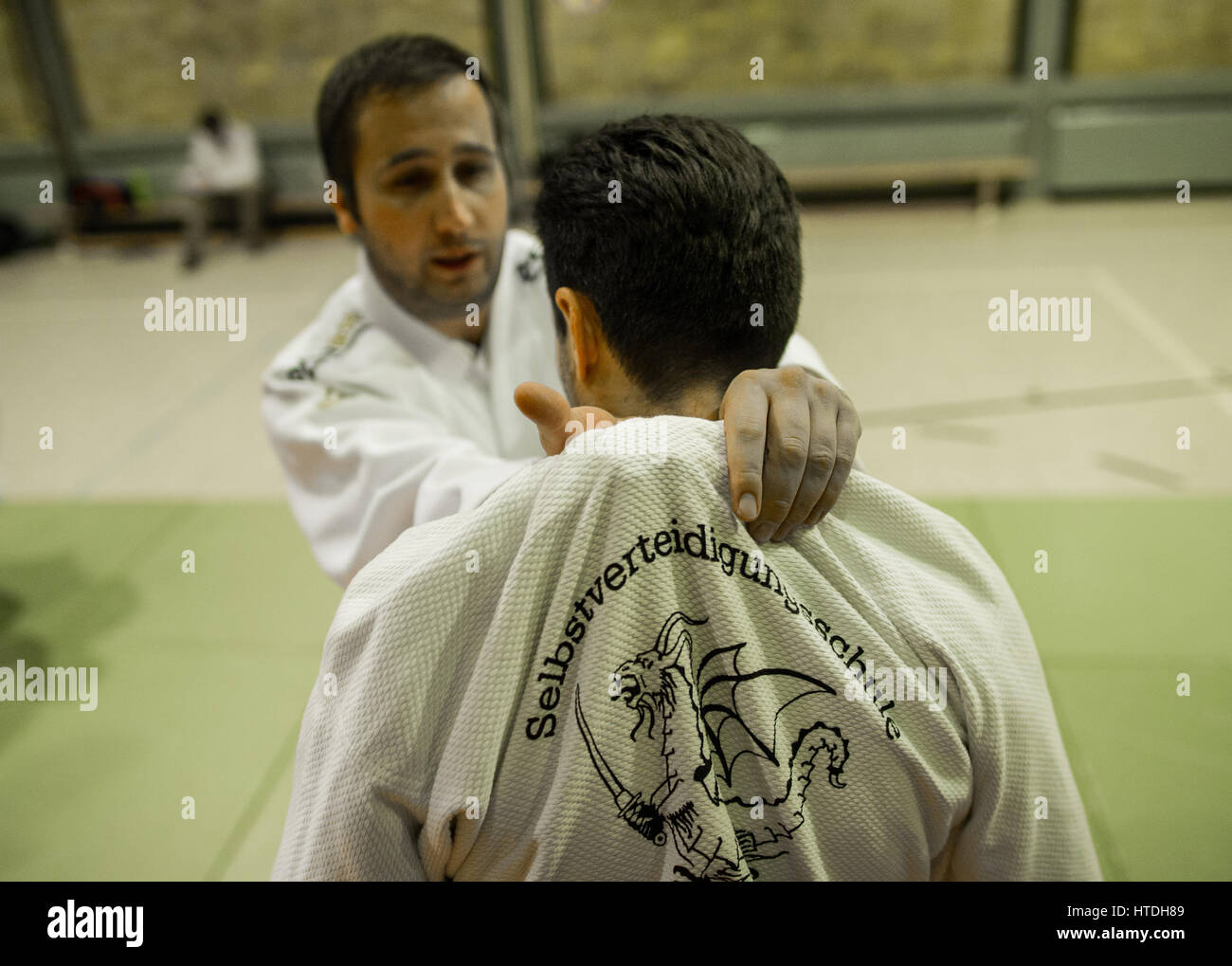 Jiu-Jitsu Trainer Karsten Janssen (l, Polizei-Sportverein Mainz) demonstriert am 10.11.2016 in Mainz (Rheinland - Stock Image