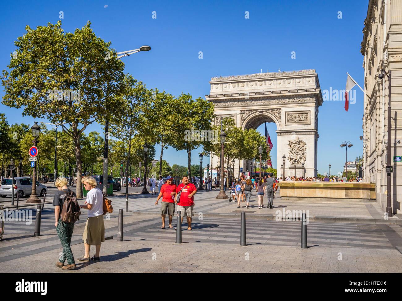 France, Ile-de-France, Paris, Arc de Triomphe de l'Étoile seen from Champs Elysées - Stock Image