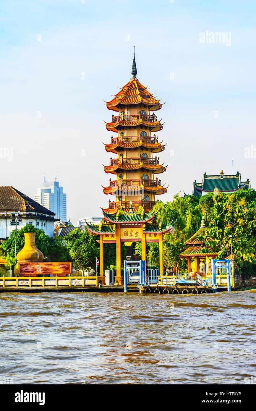 The Chinese style Chee Chin Khor pagoda at the Chao Praya river side in Thonburi, Bangkok - Stock Image