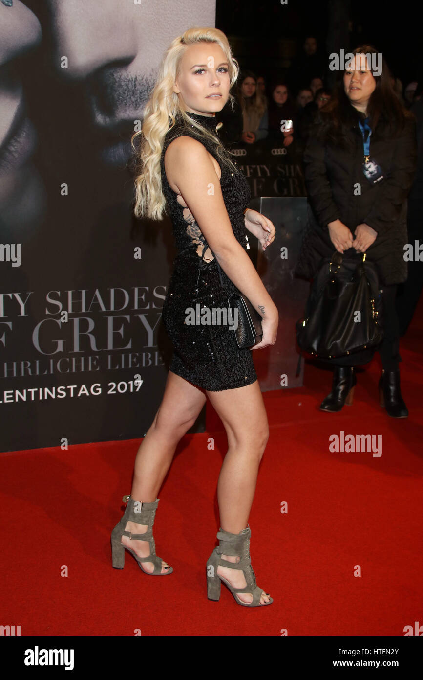 braless Celebrity Dagi Bee naked photo 2017