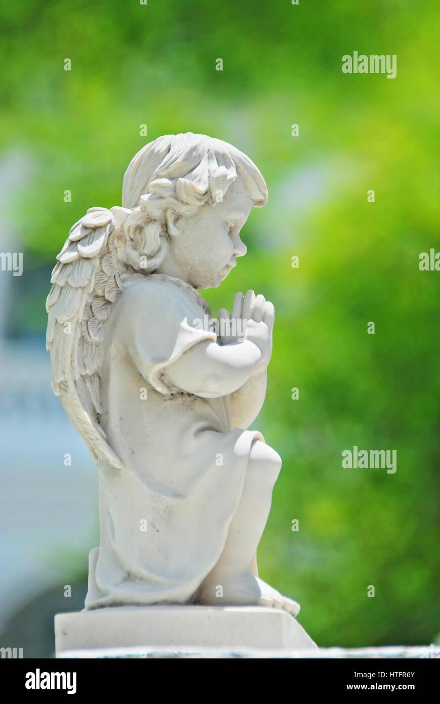 Angel pray pose sculpture - Stock Image