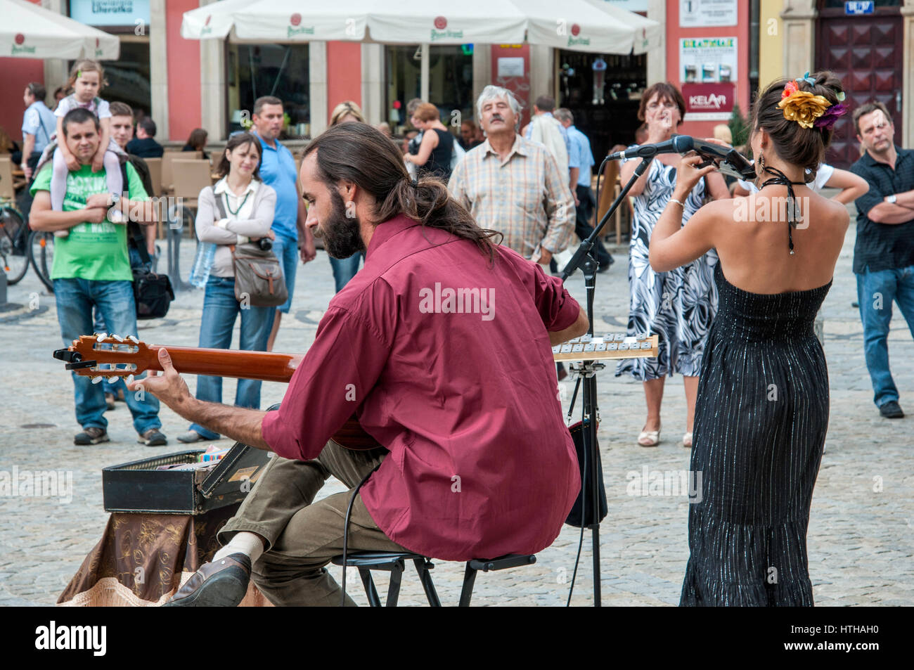Singer and guitar player duo performing at Rynek (Market Square) in Wroclaw, Lower Silesia, Poland - Stock Image