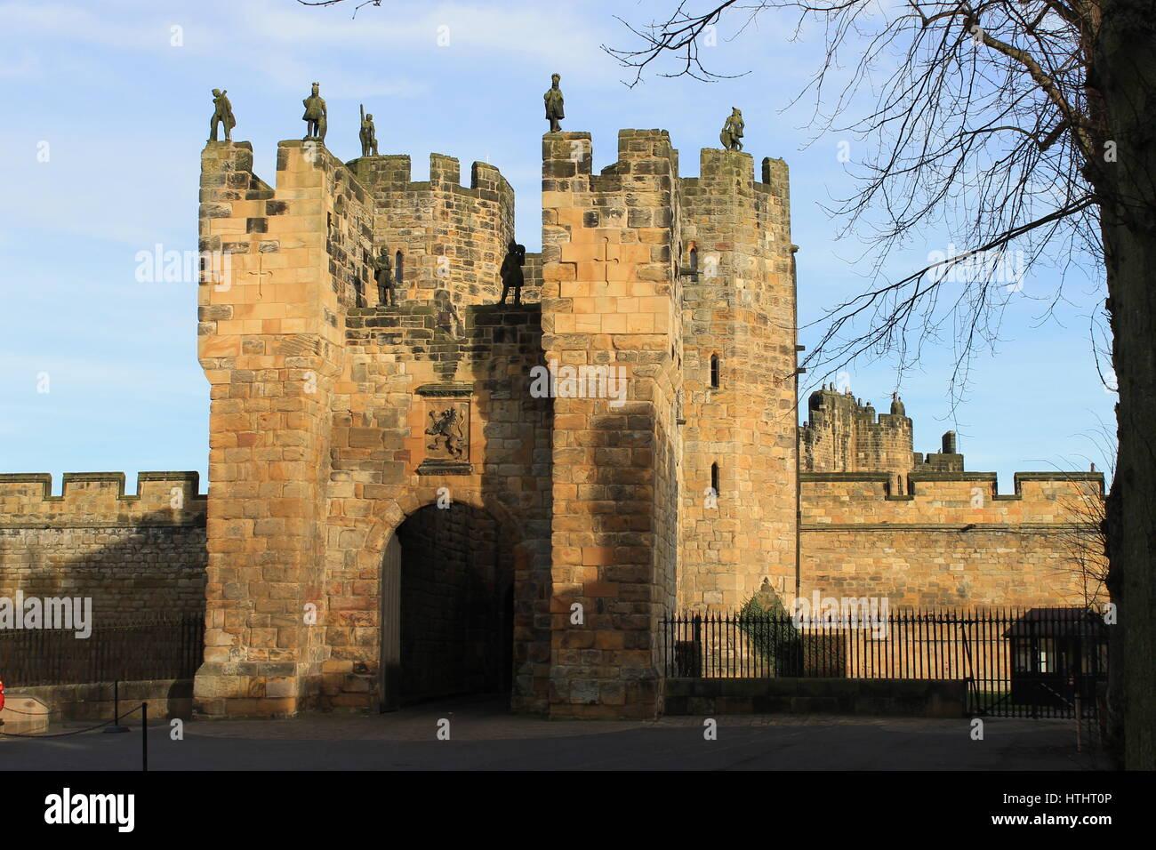 Alnwick Castle gatehouse, Alnwick, Northumberland, England, UK - Stock Image
