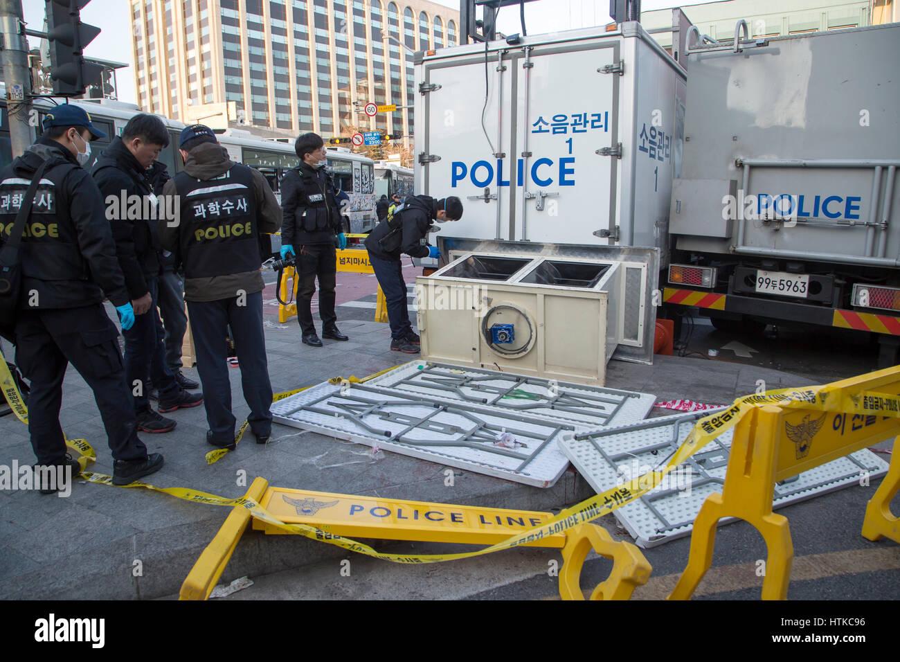 South Korea Politics, Mar 10, 2017 : Policemen from the Korea Crime Scene Investigation identify on a spot where - Stock Image