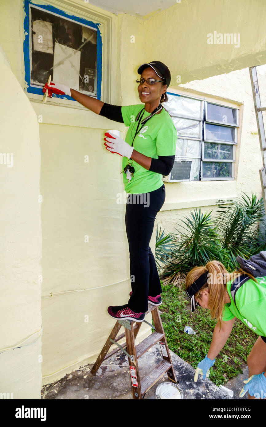 Miami Florida Allapattah Martin Luther King Jr. Day of Service MLK senior home repair Black woman corporate volunteer - Stock Image