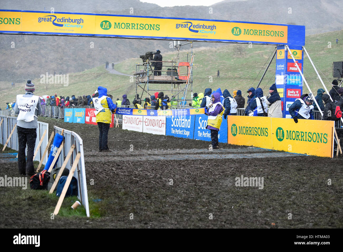 EDINBURGH, SCOTLAND, UK, January 10, 2015 - snow blizard and finish line for the Woman's 6k race at the Great - Stock Image