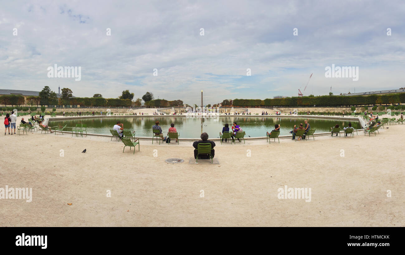 The watchful rest of the Flâneur - Jardin des Tuileries - octagonal water basin - Stock Image