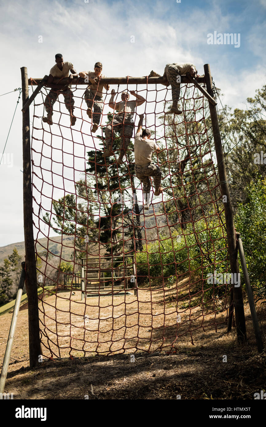 Hora de Entrenar, soldado [Pasado - Azumi] Military-soldiers-climbing-rope-during-obstacle-course-in-boot-camp-HTMX5T