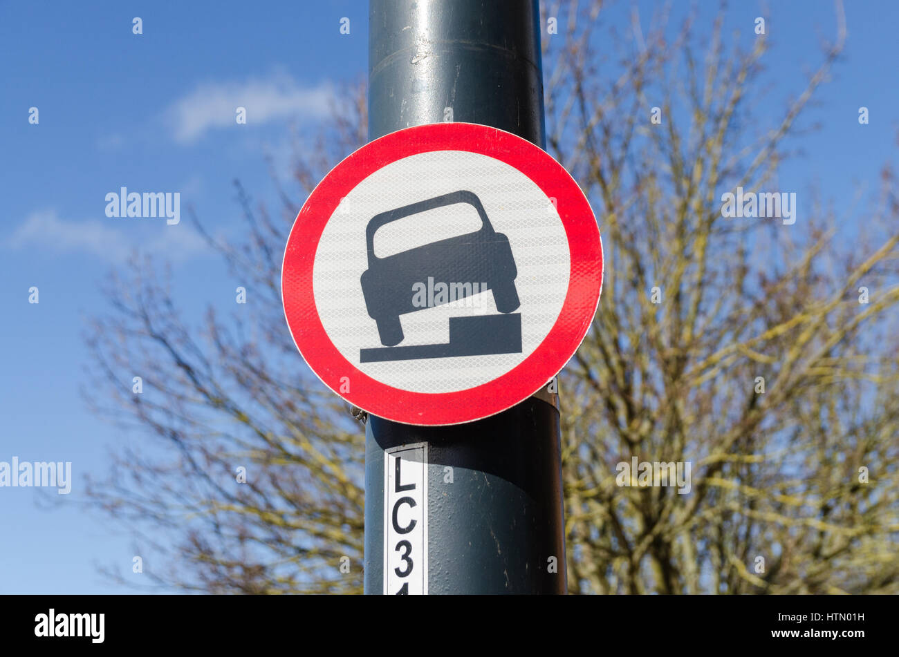 Sign warning no parking on pavement - Stock Image