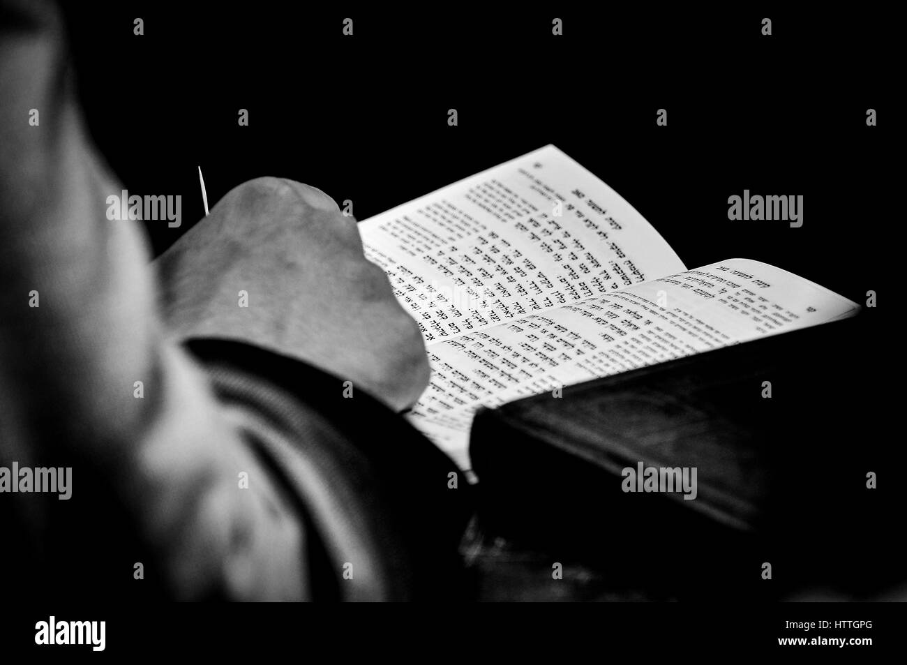 An Ultra othordox Jew reading the Hebrew scriptures at the western wall in Jerusalem. - Stock Image