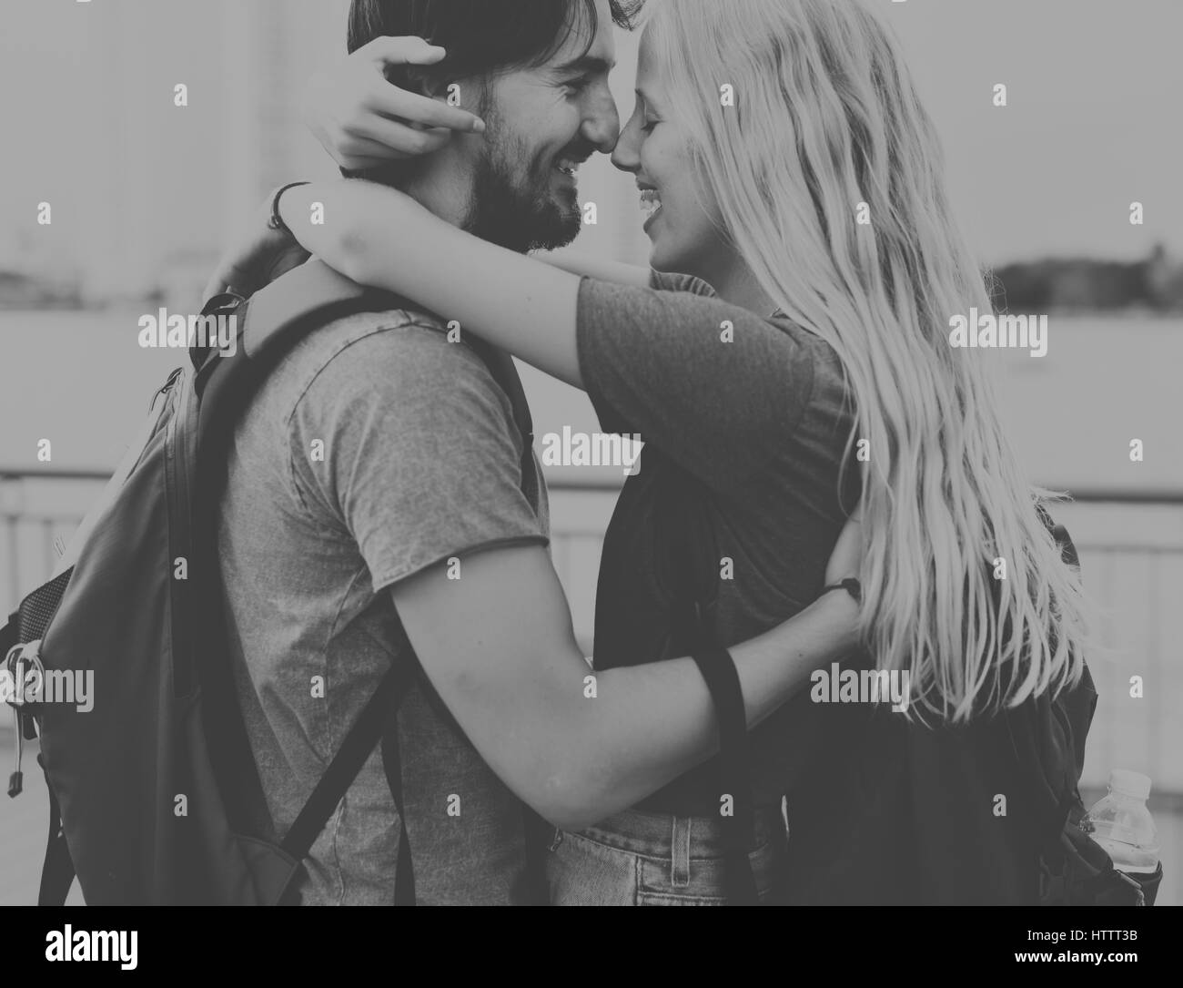 Couple staring at each other city background - Stock Image