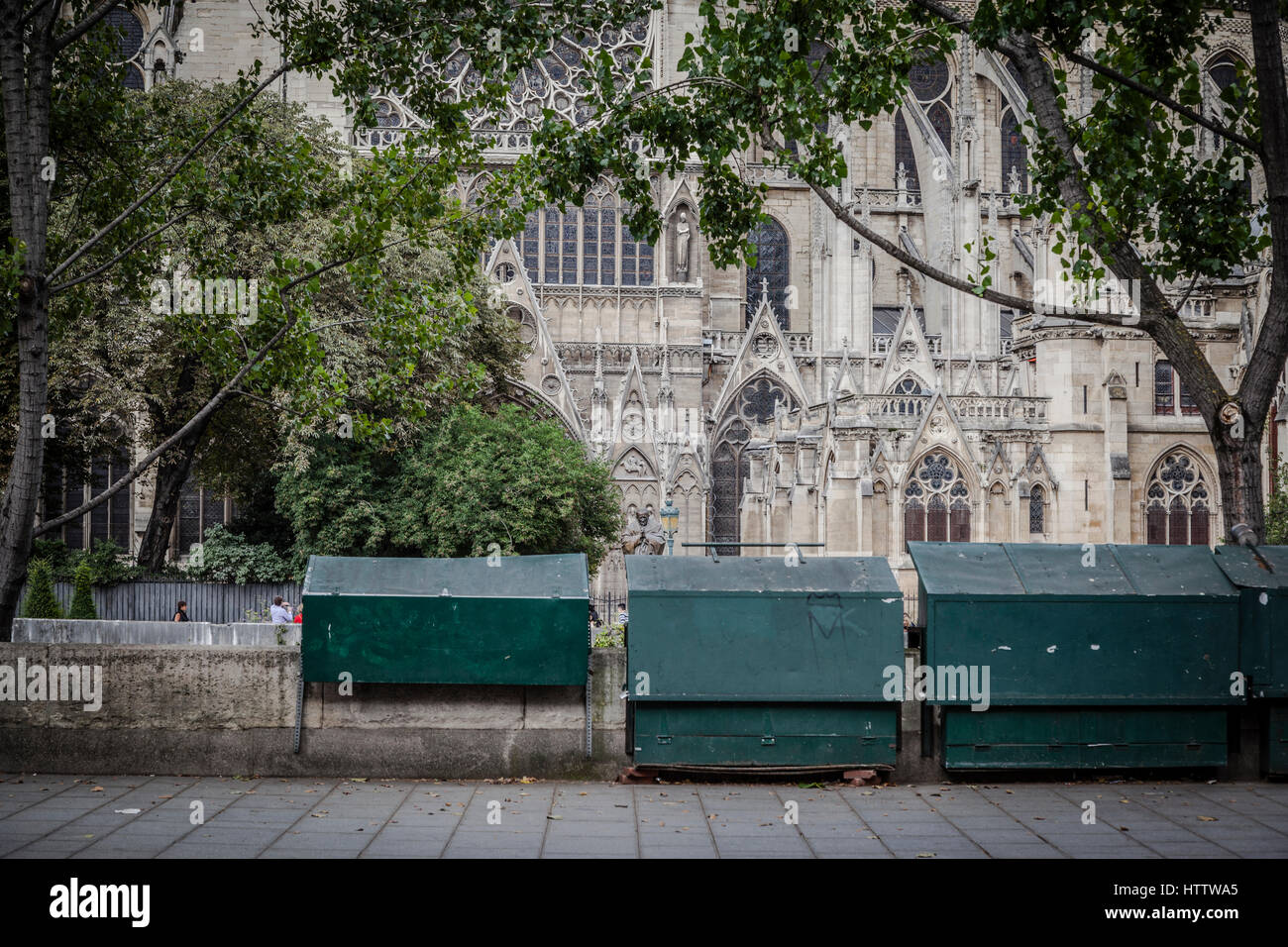 People wlaking in the Siene street shore, with Notre Dame in the back, Paris. - Stock Image