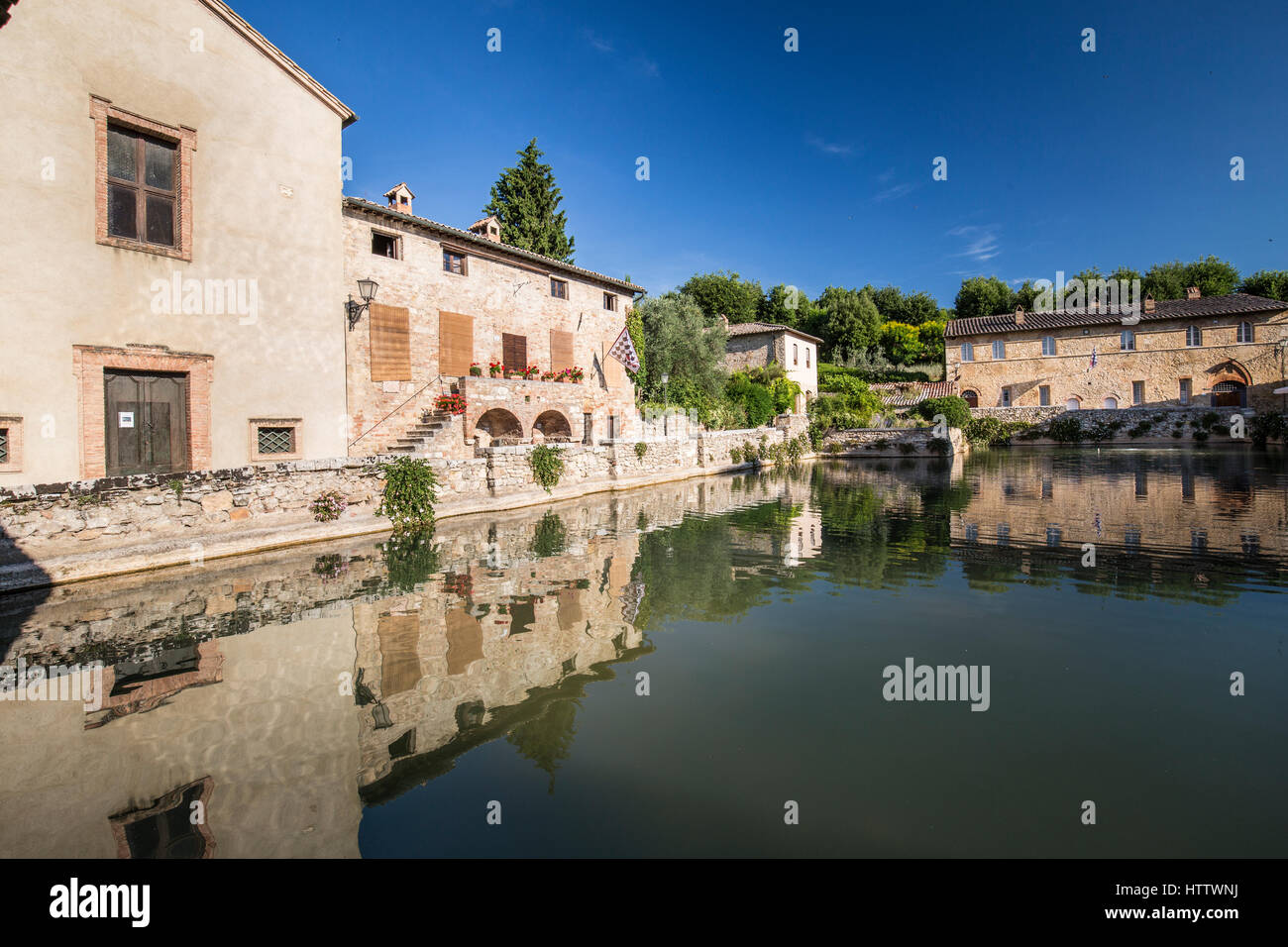 https://c8.alamy.com/comp/HTTWNJ/the-town-of-bagno-vignoni-in-orcia-valley-siena-district-tuscany-italy-HTTWNJ.jpg