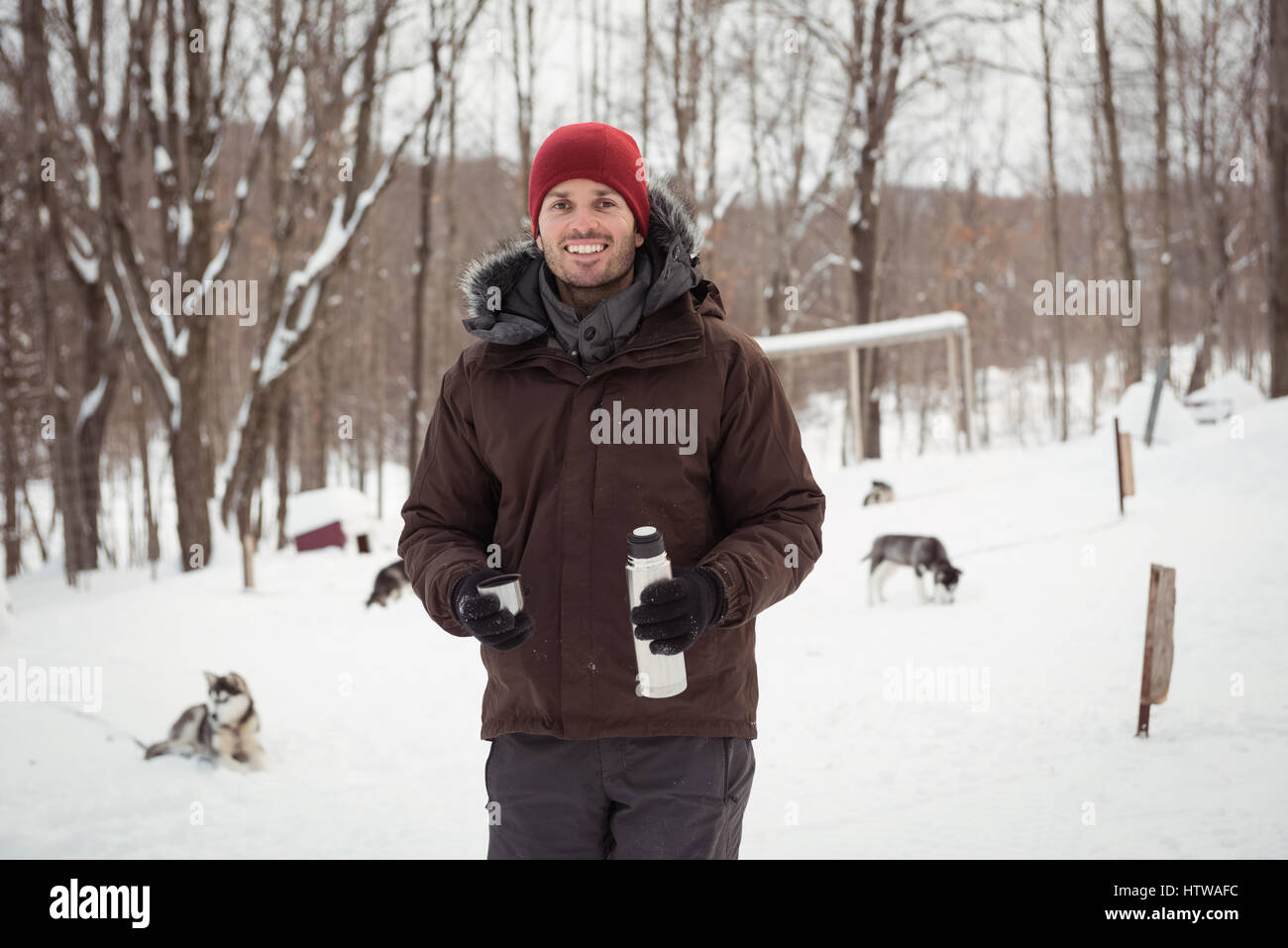 Musher holding thermos - Stock Image