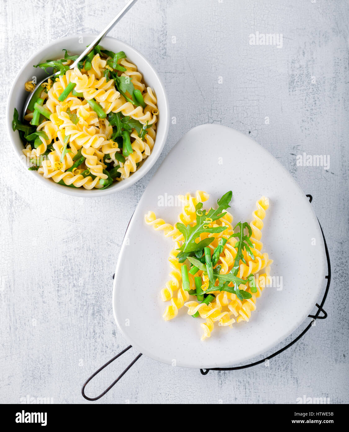 Pasta salad with asparagus and arugula - Stock Image