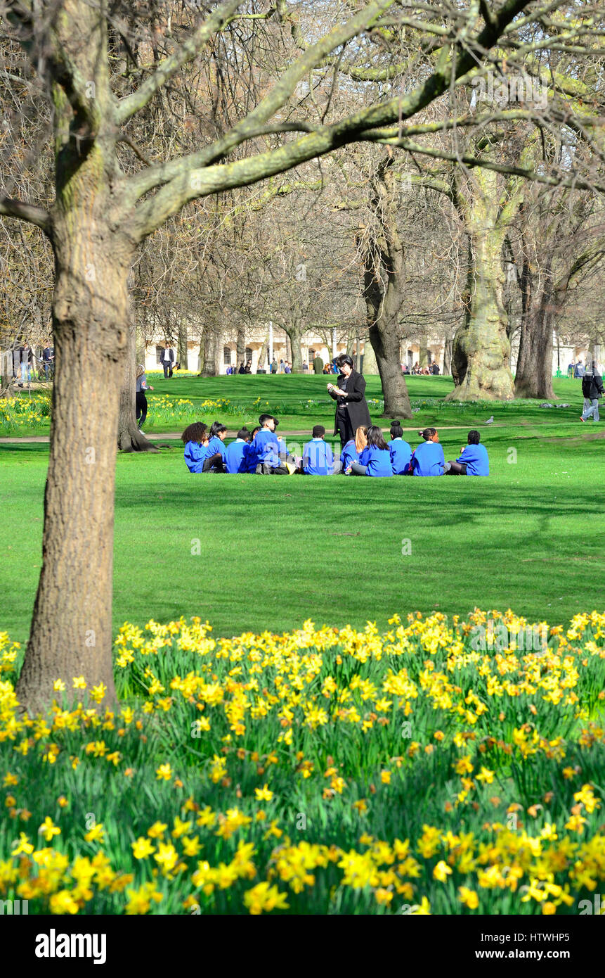 London, UK. Group of primary school children having lunch in St James' Park - Stock Image
