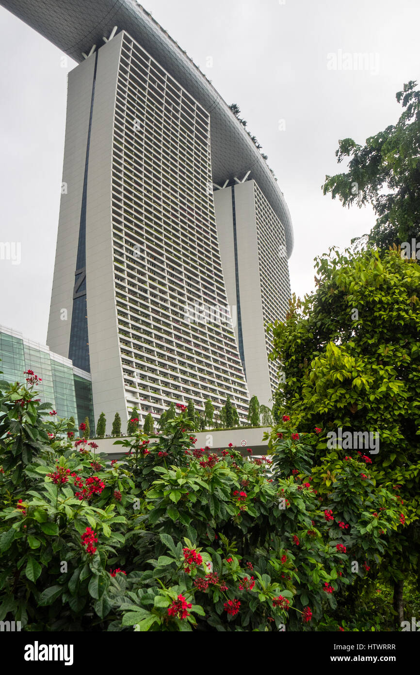 Marina Bay Sands Hotel complex with an infinity swimming pool on the roof, Singapore. - Stock Image