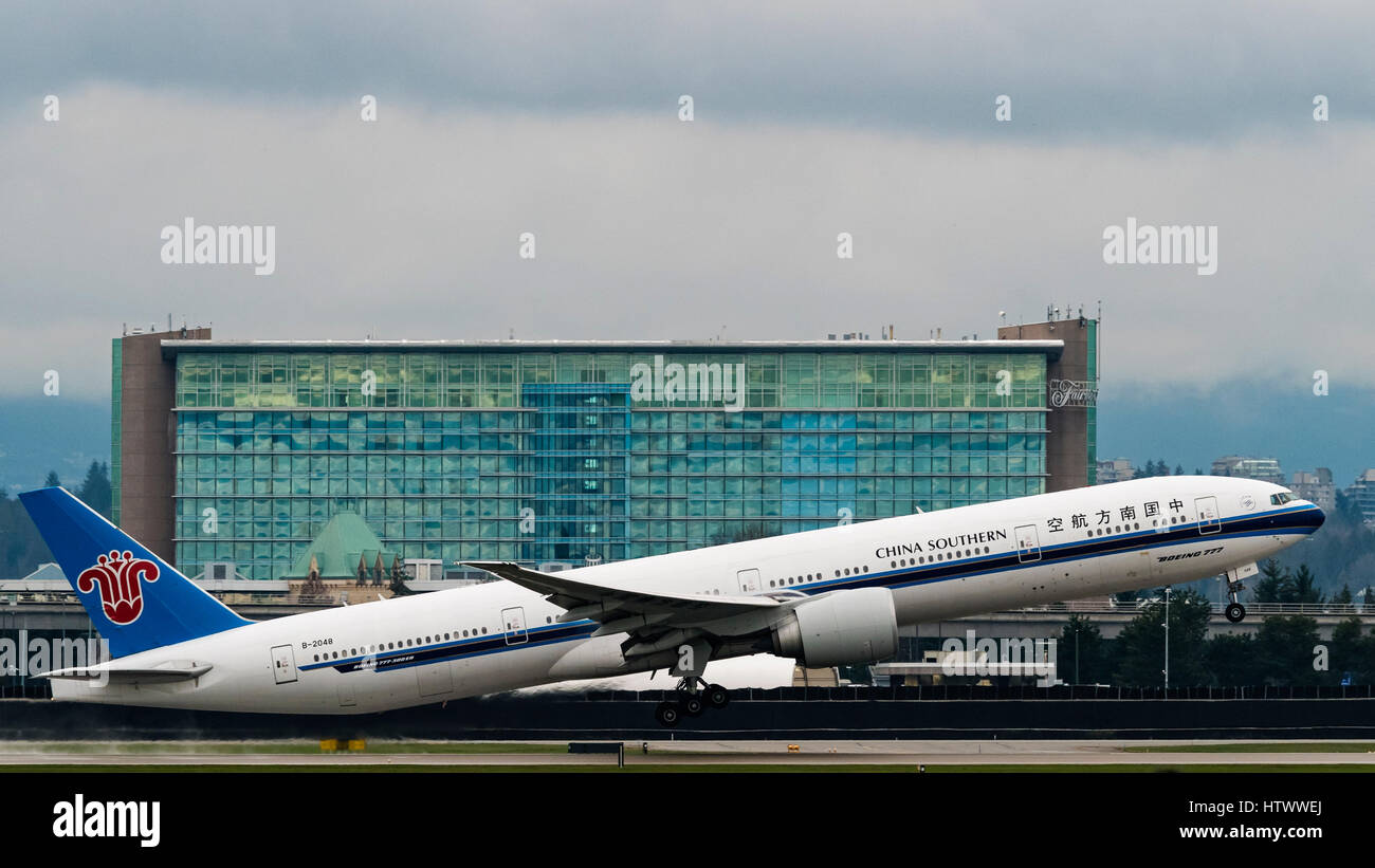 China Southern Airlines plane airplane Boeing 777 (777-300ER) Fairmont Vancouver Airport luxury hotel soundproofed - Stock Image
