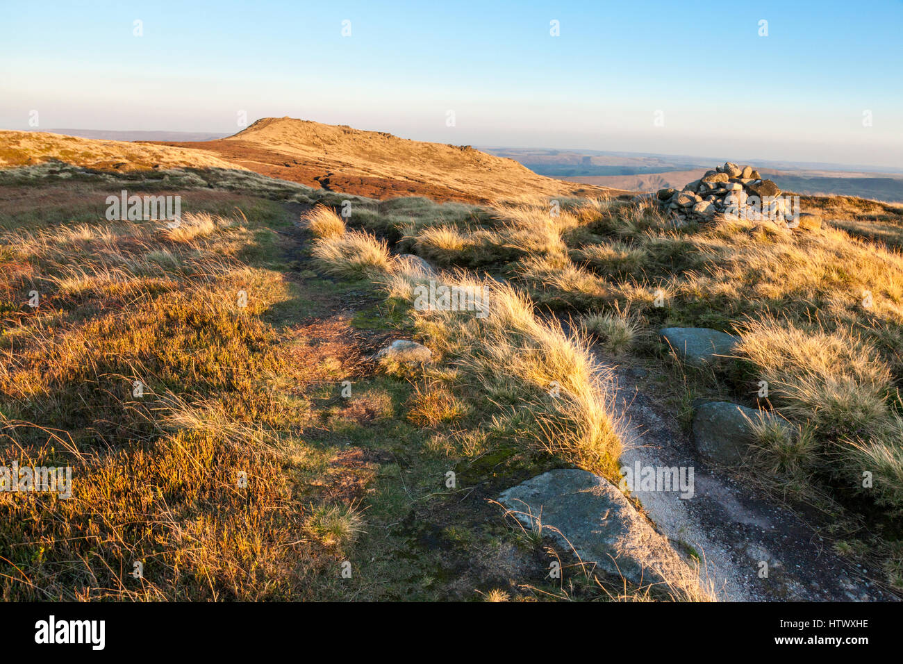 Evening sunlight on moorland at Kinder Scout in Autumn with Grindslow Knoll in the distance, Derbyshire, Peak District - Stock Image