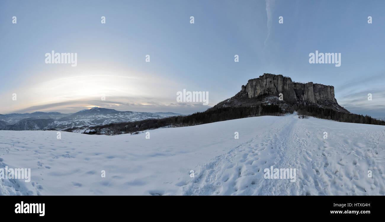 PIETRA DI BISMANTOVA in winter witn snow. Castelnovo Monti, Emilia-Romagna, Italy - Stock Image