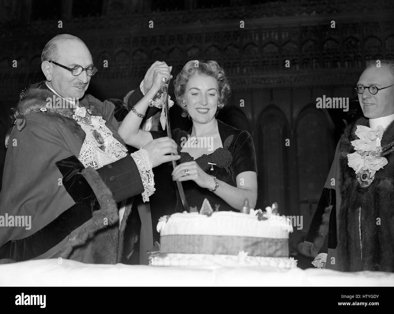 The Lord Mayor of London, Sir Cullum Welch, and singer Vera Lynn cut the cake at the national Christmas party of - Stock Image