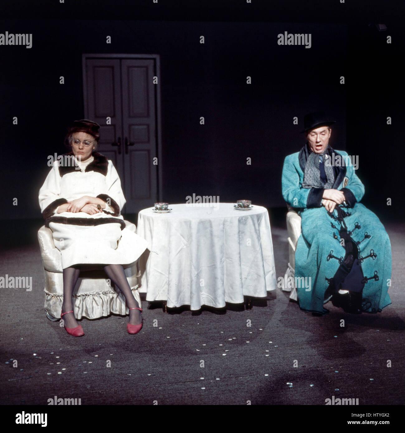 Junges englisches Theater: das Stück 'Travesties' von Tom Stoppard in einer Aufführung des Bayerischen - Stock Image