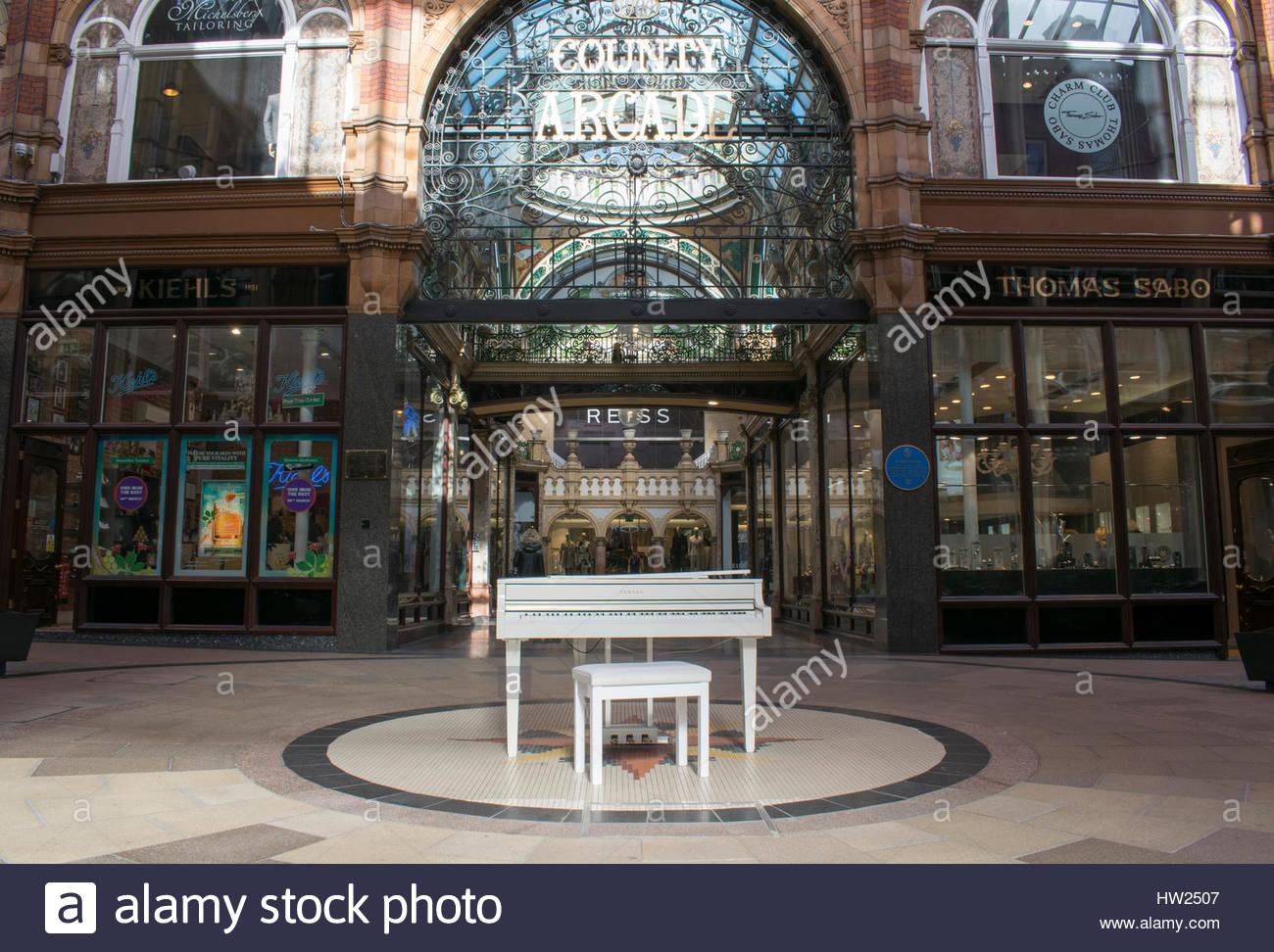 White Yamaha Baby Grand Piano, Victoria Quarter Shopping Centre, Leeds - Stock Image